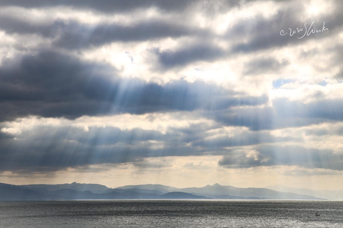 雲の隙間から光芒