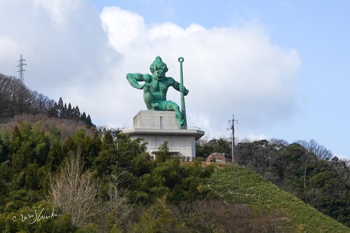 山の上の鬼の像