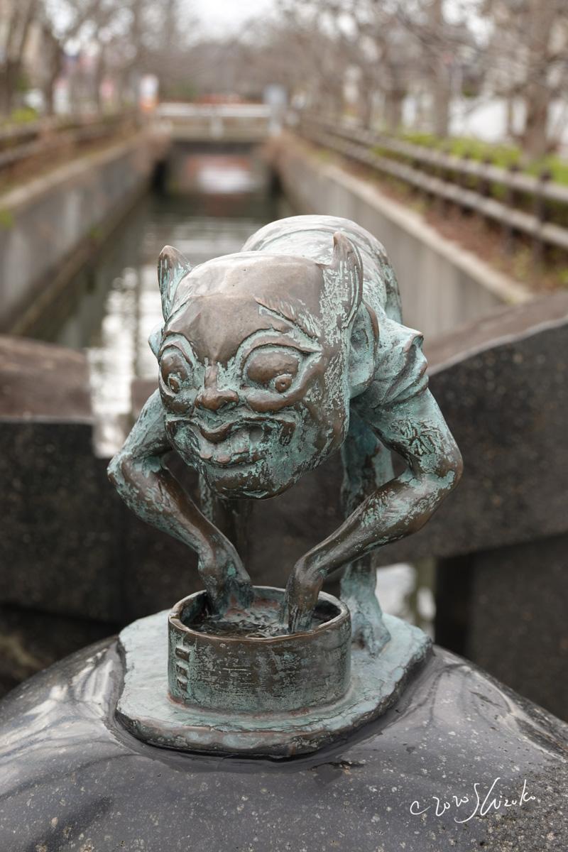 妖怪「小豆洗い」のブロンズ像