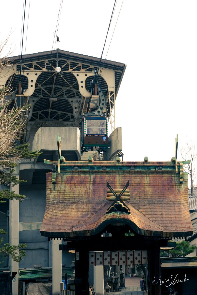 ロープウェイ乗り場と艮神社