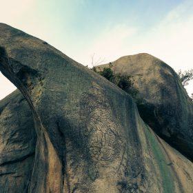 天狗岩と烏天狗の彫刻
